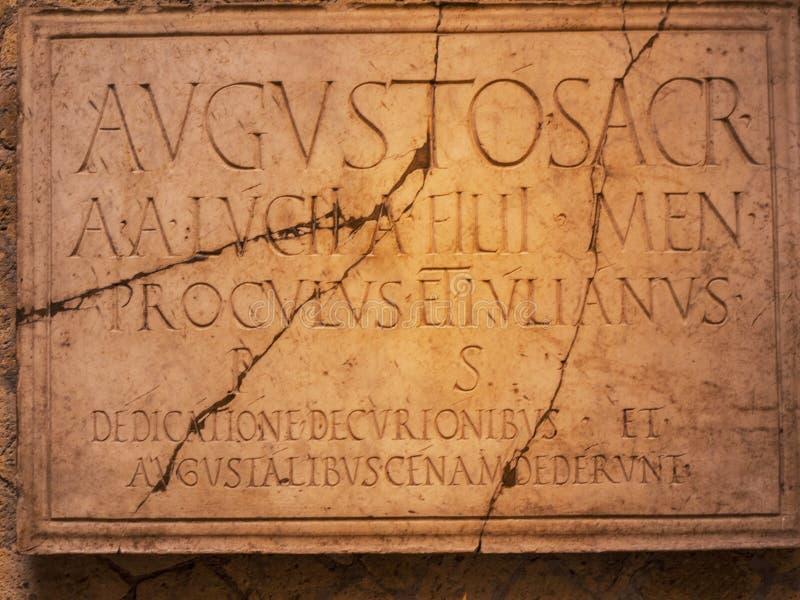 Inscripción en el templo de Augustos en Herculano Italia I imagen de archivo libre de regalías