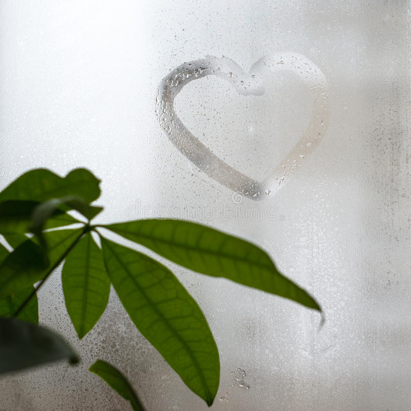 Inscripción en el vidrio de la ventana sudoroso, forma del corazón Símbolo del amor y del romance imagen de archivo libre de regalías