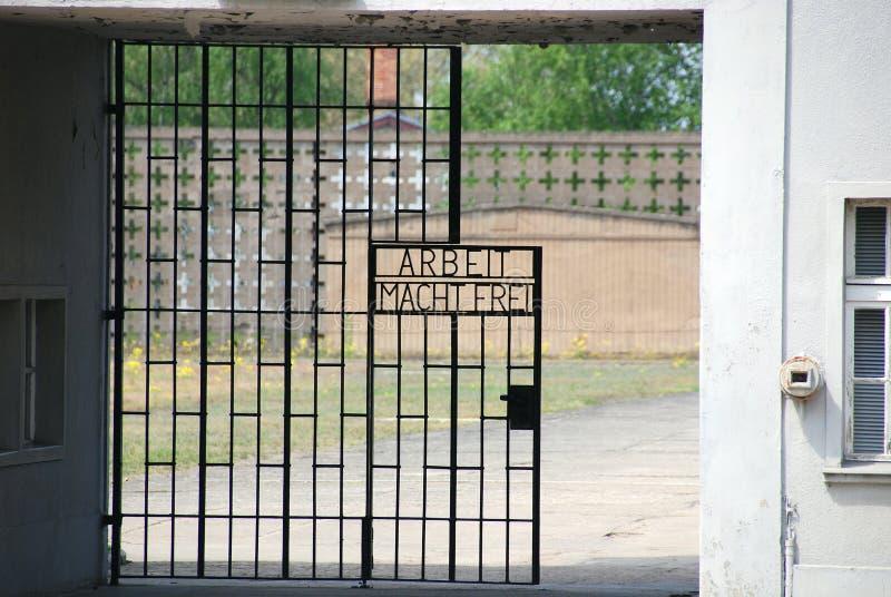 Inscripción en las puertas al campo de concentración nazi anterior fotos de archivo libres de regalías
