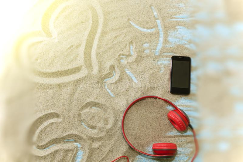 Inscripción en una playa arenosa en un fondo de madera ligero imagen de archivo libre de regalías