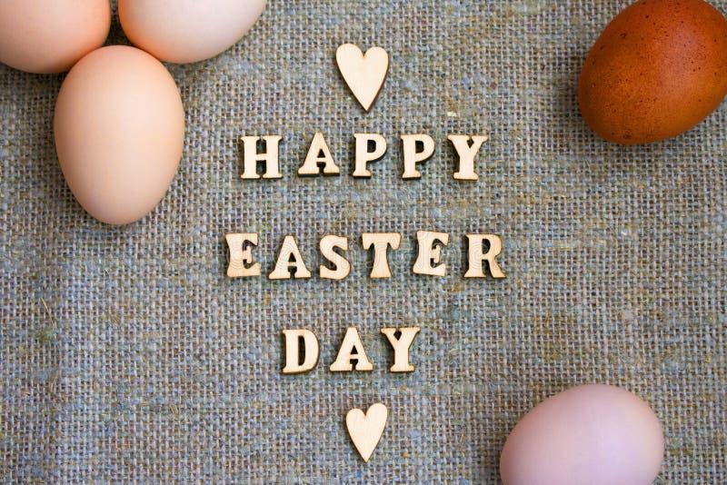 Inscripción Pascua feliz Letra y huevos de madera en lona foto de archivo libre de regalías