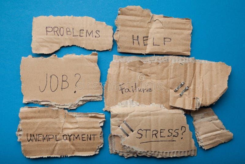 Inscripciones en las placas de la cartulina: problemas, ayuda, trabajo, fracaso, desempleo, tensión imagen de archivo libre de regalías