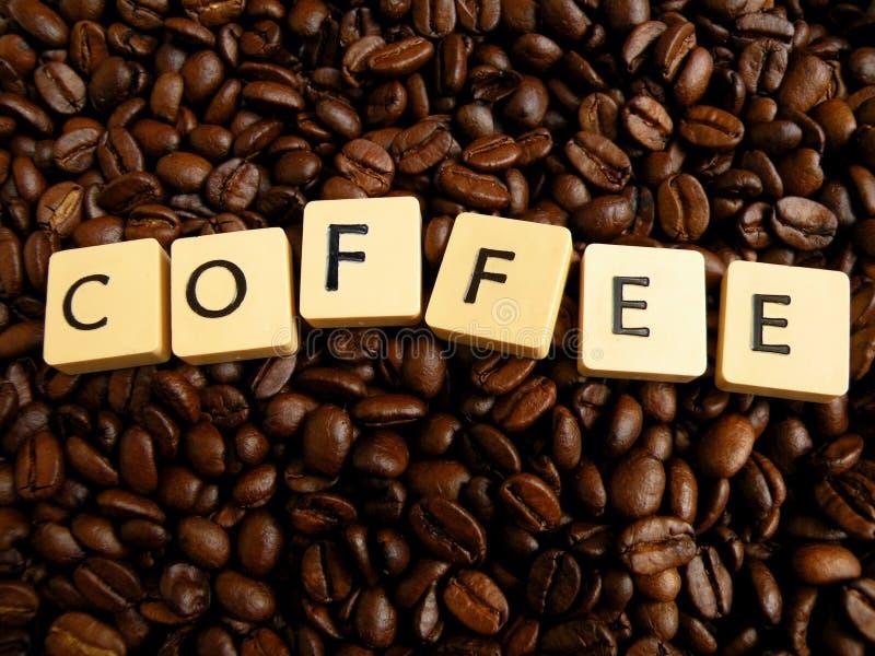 Inscript Kaffee geschrieben auf Würfel auf coffei Bohnen lizenzfreies stockbild