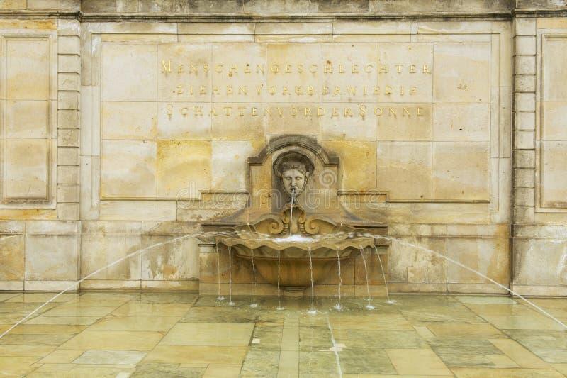 Inscription à la fontaine au château de Wackerbarth, Radebeul, Allemagne photographie stock