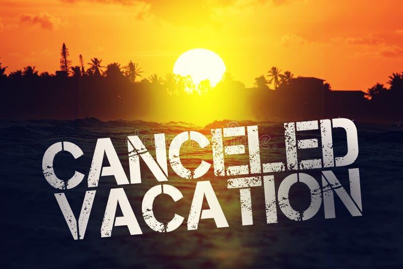 inscription annulation de vacances sur fond de plage déserte Concept : vacances annulées en raison de Covid-19, fermeture du comp photos stock