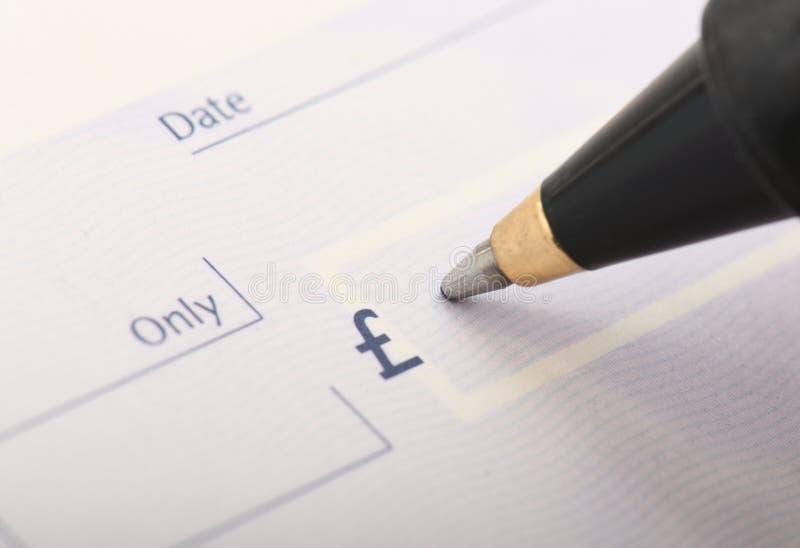 Inscription d'un chèque en blanc photographie stock libre de droits