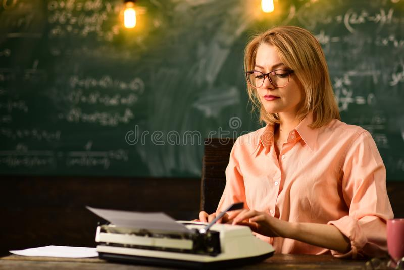 Inscription d'une histoire l'écriture est ma vocation femme écrivant son résumé sur la machine à écrire images stock