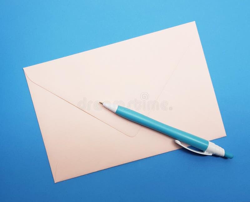 Inscription d'une lettre Heure pour écrire une lettre Lettre et crayon images libres de droits
