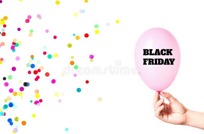 Inscription de Black Friday sur le ballon rose à disposition avec des confettis d'isolement sur le fond blanc image stock