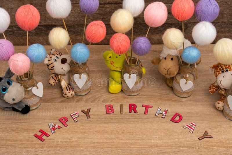 Inscription de joyeux anniversaire avec les jouets et l'espace de copie photographie stock