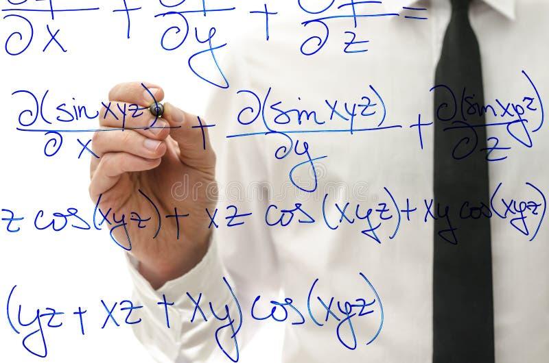 Inscription de l'équation compliquée de maths sur le conseil virtuel photos stock