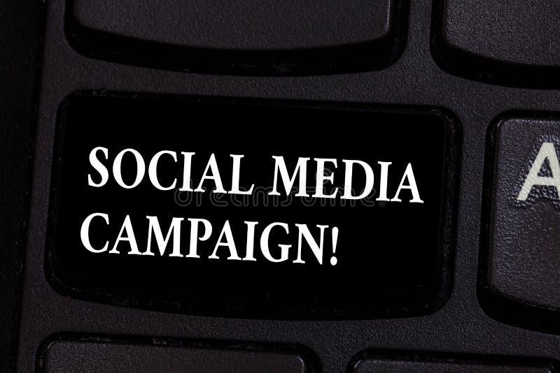 Inscription de la note montrant la campagne sociale de médias Utilisation de présentation de photo d'affaires des réseaux sociaux photo libre de droits