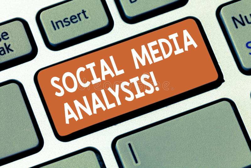 Inscription de la note montrant l'analyse sociale de médias Rassemblement de présentation de photo d'affaires et évaluation des d photographie stock