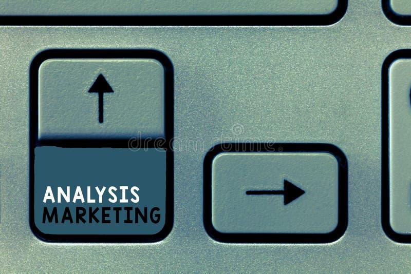 Inscription de la note montrant le marketing d'analyse Photo d'affaires présentant l'évaluation quantitative et qualitative d'un  photographie stock