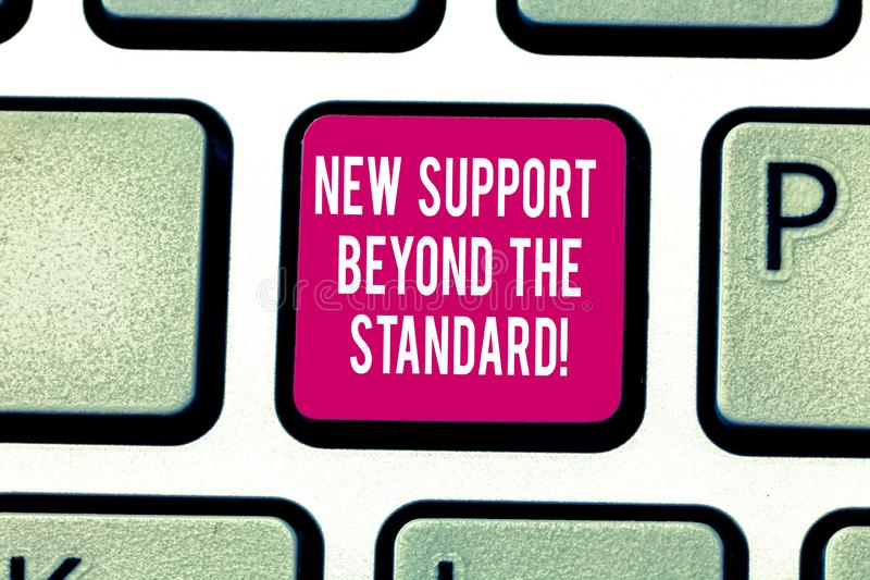Inscription de la note montrant le nouvel appui au delà de la norme Photo d'affaires présentant le service utile d'excellente aid photos libres de droits