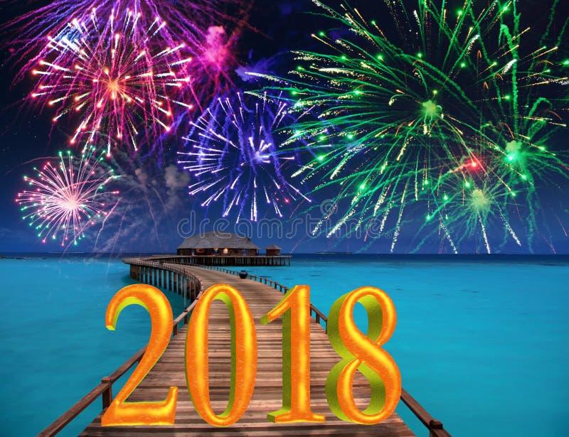 Inscription 2018 de nouvelle année sur la route en bois au-dessus des feux d'artifice de mer et de ` s de nouvelle année image libre de droits