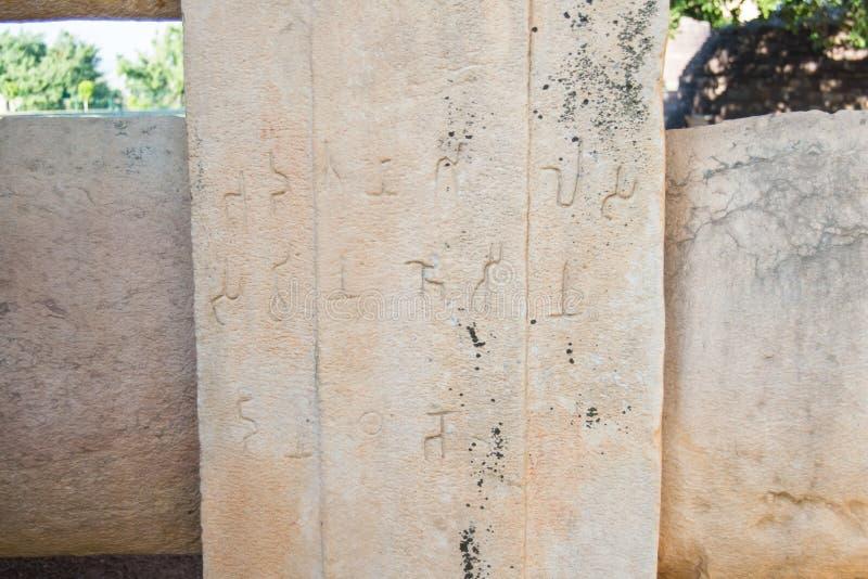 Inscription de pierre de pilier en manuscrit de Brahmi images libres de droits