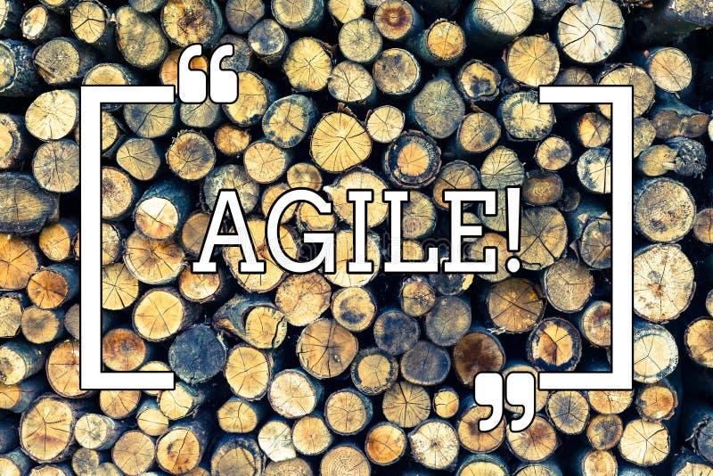 Inscription des textes d'écriture agile La signification de concept développent une agilité vers le fond en bois d'évolution tech illustration libre de droits
