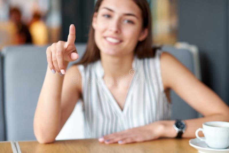 Inscription du doigt dans l'air ou le bouton poussoir Femme tenant le flottement pour rendre la présentation de démarrage Endroit photographie stock libre de droits