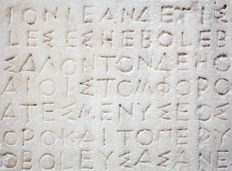 Inscription du grec ancien découpée en marbre images stock