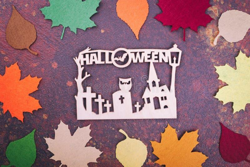 Inscription en bois Halloween, feuilles artificielles photographie stock libre de droits