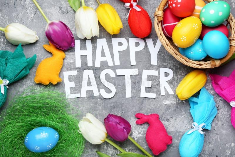 Inscription Joyeuses Pâques avec des oeufs images libres de droits