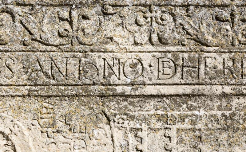 Inscription latine antique découpée dans la pierre image stock