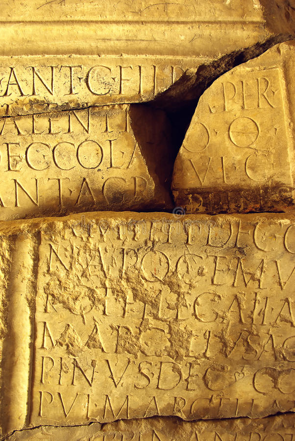 Inscription latine antique pierre à macadam image stock