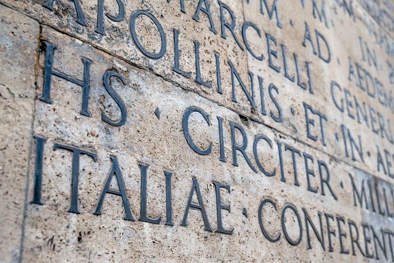 Inscription latine antique sur le mur extérieur du mur d'Ara Pacis à Rome photos stock