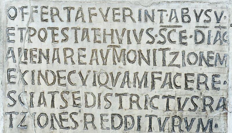 Inscription latine sur le mur antique de l'église de Santa Maria dans Cosmedin à Rome, Italie photographie stock