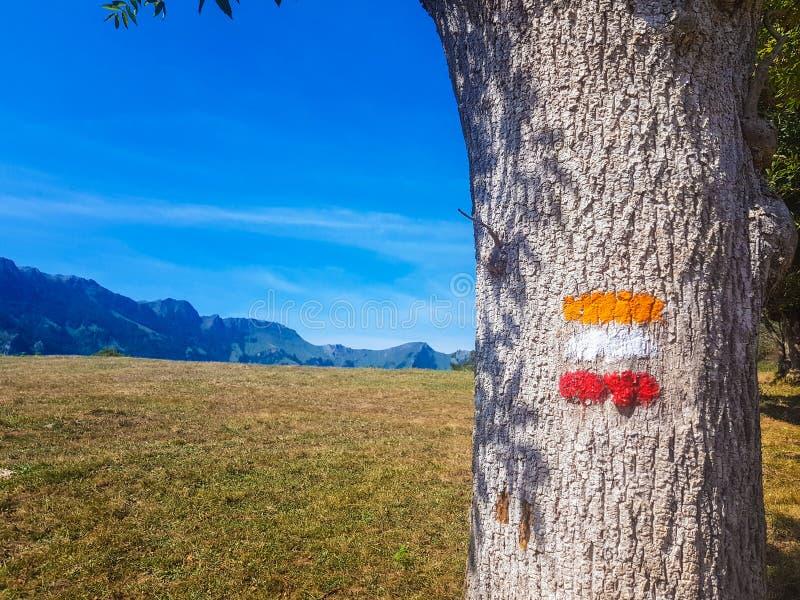 Inscriptions de chemin marqué dans la vallée d'Araiz avec les montagnes d'Aralar de la région de Betelu, Navarra l'espagne photographie stock