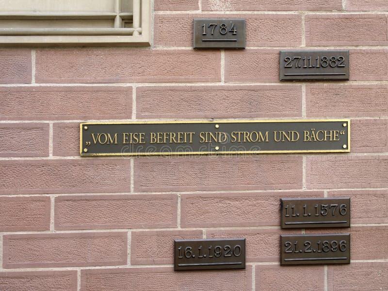 Inscriptions de niveau d'eau chez l'Eiserner Steg à Francfort sur Main photos libres de droits