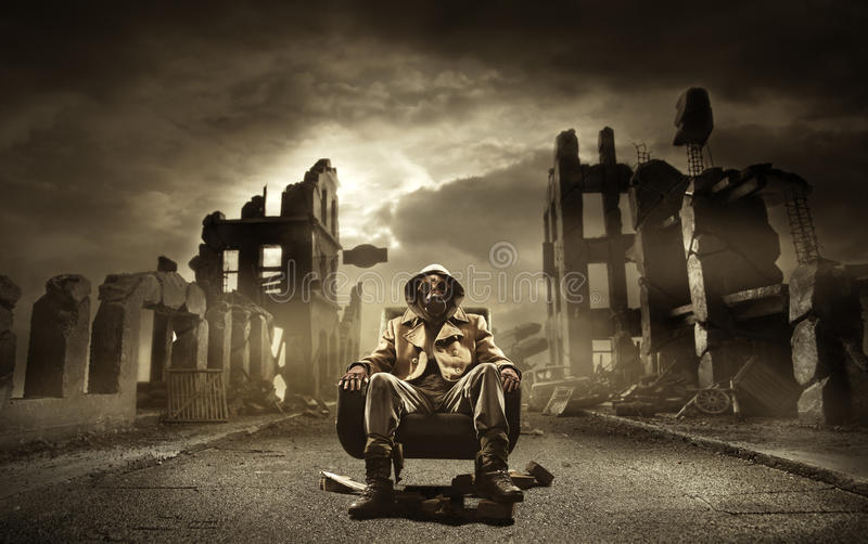 Inscrivez le survivant apocalyptique dans le masque de gaz photos libres de droits