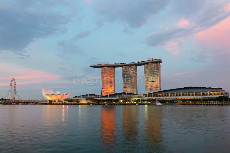 Insecte de Singapour et hôtel célèbre de Marina Bay Sands sur le coucher du soleil image stock