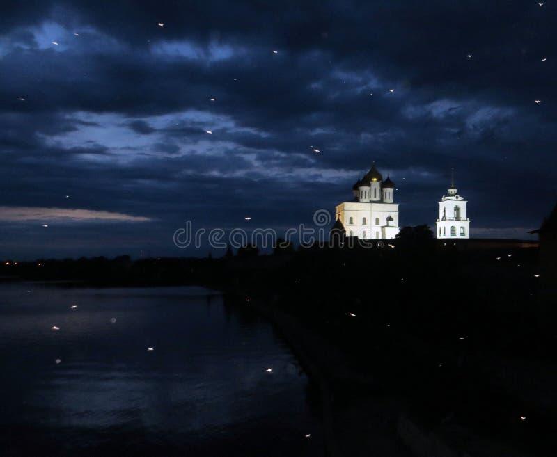 Insectes de vue et de lumière de nuit de Pskov Kremlin photographie stock