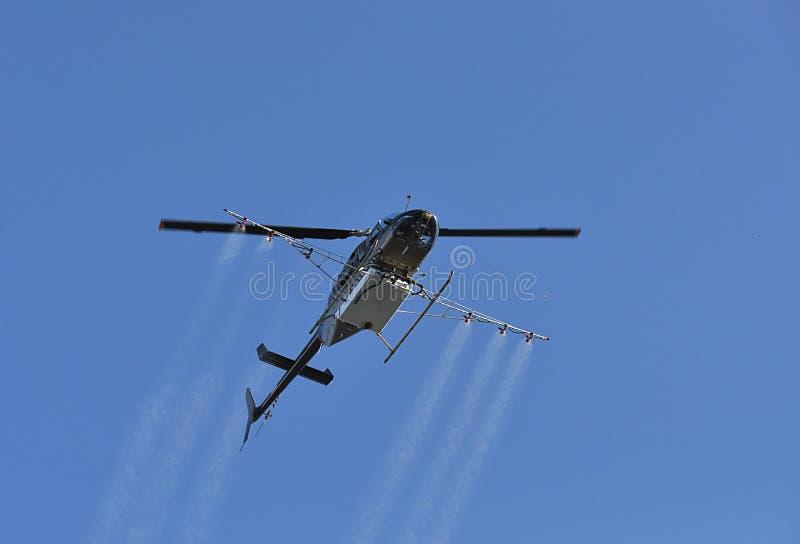 Insecticida de pulverização do helicóptero imagem de stock