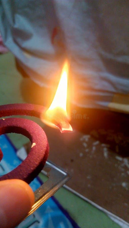 Insectifuge brûlé avec le feu photo stock