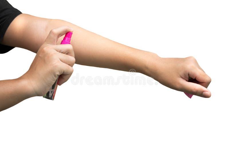 Insectifuge de pulvérisation de femme sur sa main d'isolement photographie stock libre de droits