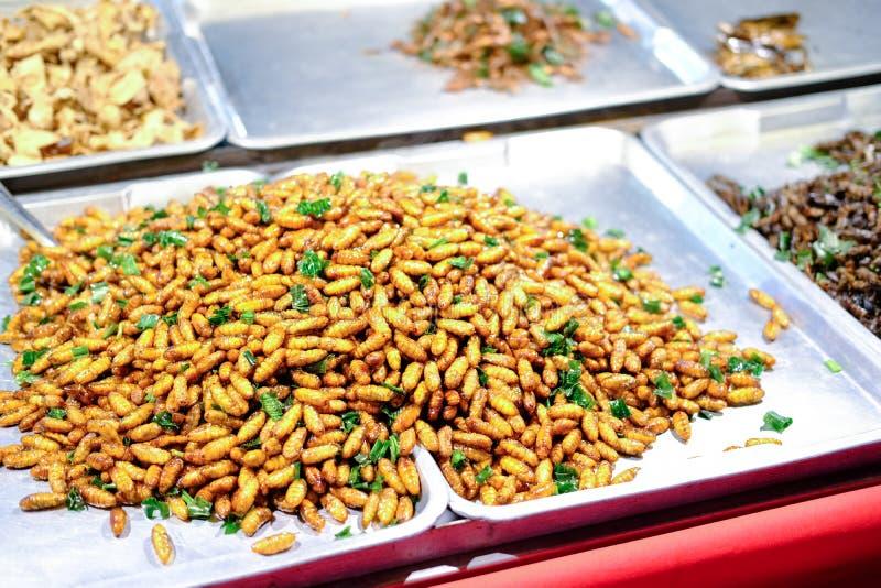 Insectos fritos de la comida de la calle en Tailandia foto de archivo