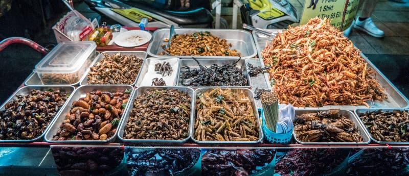 Insectos fritos en las calles de Bangkok, Tailandia imagen de archivo