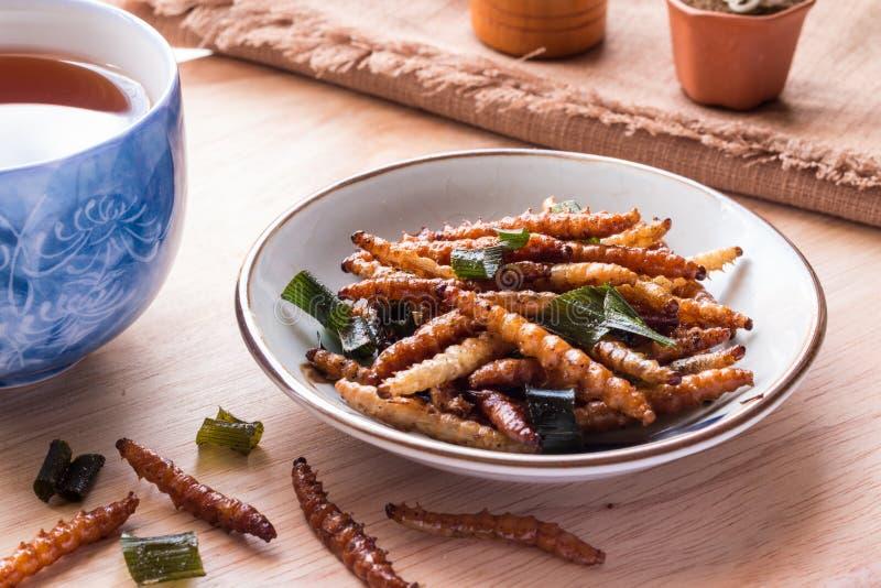 Insectos fritos - insecto de bambú del gusano curruscante con pandan después de frie fotos de archivo libres de regalías