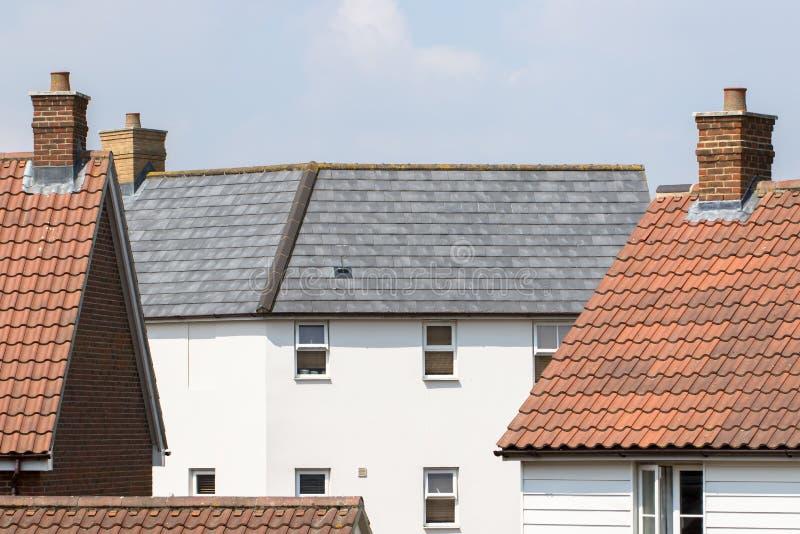 Insediamento suburbano contemporaneo Casa bianca moderna con lo SL immagine stock
