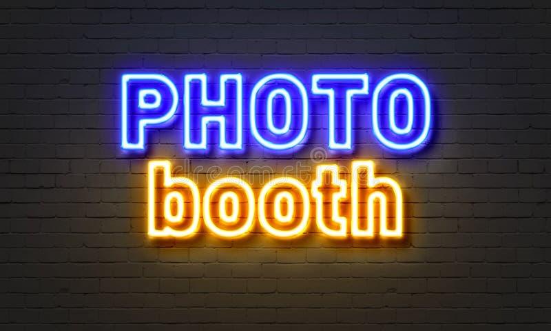 Insegna al neon della cabina della foto sul fondo del muro di mattoni immagini stock libere da diritti
