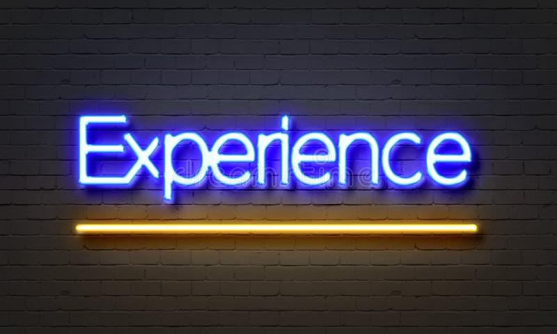 Insegna al neon di esperienza sul fondo del muro di mattoni fotografia stock libera da diritti