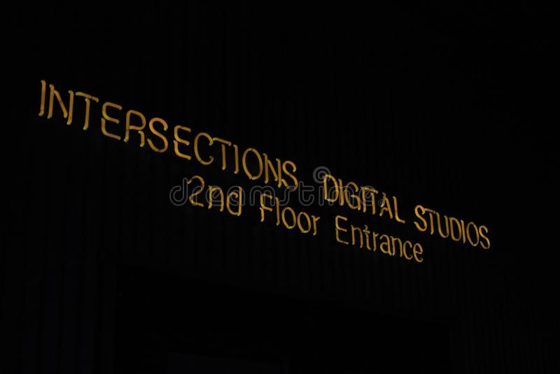 Insegna al neon: studi digitali delle intersezioni immagini stock