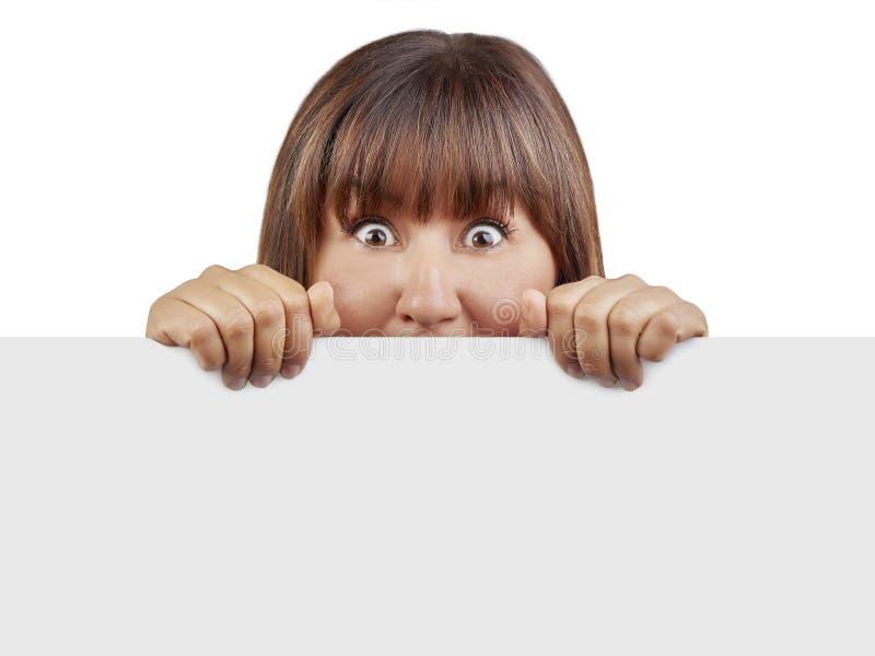 Insegna in bianco della donna che sembra sorpresa spaventato isolato immagini stock