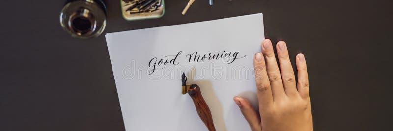 INSEGNA, buongiorno LUNGO di FORMATO Il calligrafo Young Woman scrive la frase su Libro Bianco Iscrivendo ornamentale decorato immagine stock