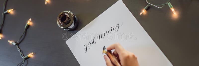 INSEGNA, buongiorno LUNGO di FORMATO Il calligrafo Young Woman scrive la frase su Libro Bianco Iscrivendo ornamentale decorato fotografia stock