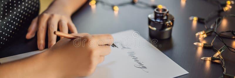 INSEGNA, buongiorno LUNGO di FORMATO Il calligrafo Young Woman scrive la frase su Libro Bianco Iscrivendo ornamentale decorato immagine stock libera da diritti