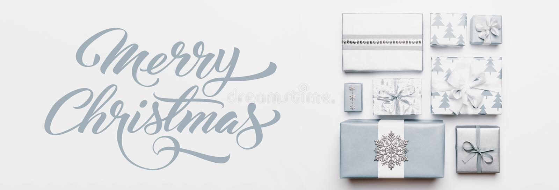 Insegna dei regali di Natale Bei regali di Natale nordici isolati su fondo bianco Scatole avvolte di natale colorate blu pastello immagine stock
